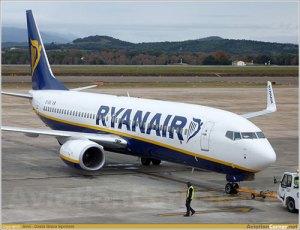 Lleva 180 pasajeros incómodamente erguidos